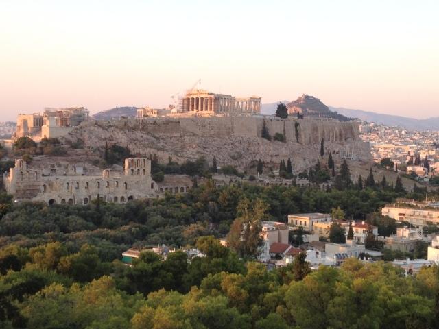 Vue sur la face sud de  l'acropole d'Athènes prise depuis la colline de Philopappos.